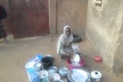 Jeune fille faisant la vaisaille